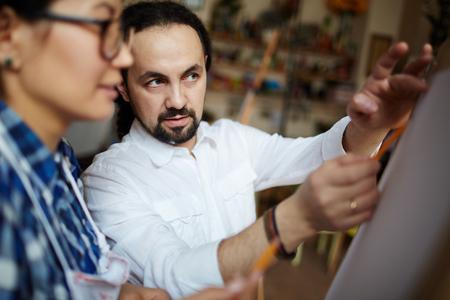 tutor: Tutor explicando los principios de estudiantes de dibujo