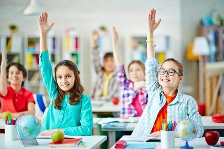 diligente: Clase de los alumnos inteligentes que trabajan en la lección Foto de archivo