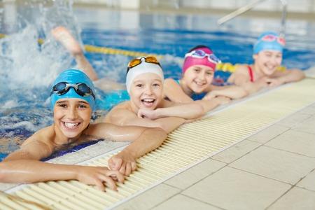 natacion: Feliz grupo de niños que nadan junto