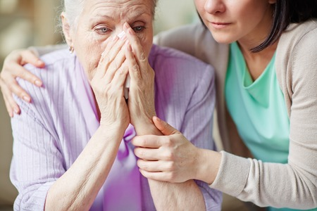 to reassure: Young woman supporting her mother Stock Photo