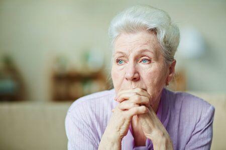 Mujer mayor triste con el pelo gris pensamiento de algo Foto de archivo