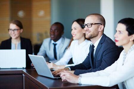 capacitaciones: Fila de los gerentes escuchan la disertante en la conferencia