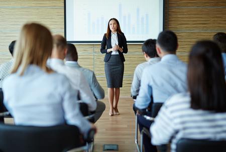 여성 교사 나 스피커 관리자에게 프로젝트를 설명