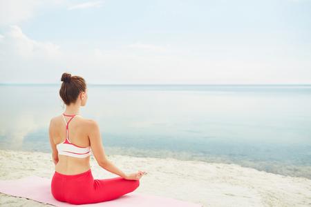 mujeres de espalda: Relajación serena de la mujer en pose de loto