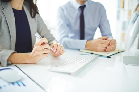 Close-up de gens d'affaires assis à la table lors d'une réunion