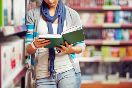 personas leyendo: Estudiante del libro de lectura de la universidad
