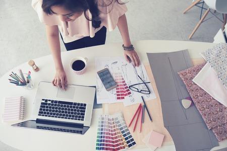 노트북 및 팔레트에 근무하는 여성 패션 디자이너