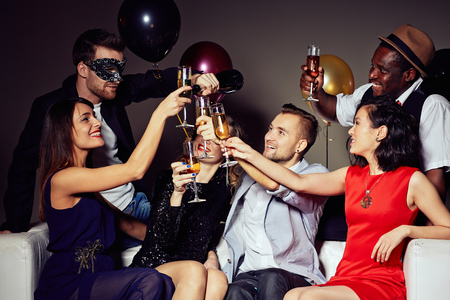 新年の乾杯を言う若者 写真素材
