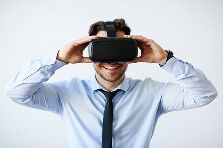 仮想現実の眼鏡を使用しての実業家 写真素材 - 58989461