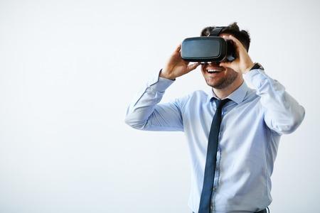 Retrato de hombre de negocios excitado en gafas de realidad virtual
