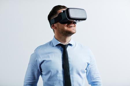 hombre de negocios tratando gafas de realidad virtual jóvenes Foto de archivo