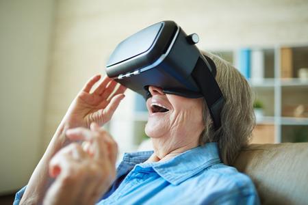 Mujer mayor asombrados con gafas de realidad virtual Foto de archivo