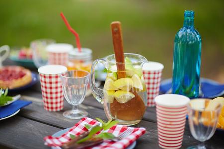 material de vidrio: Bebidas y artículos de vidrio sobre la mesa servida al aire libre
