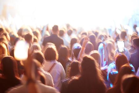 Crowd von Fans bei Konzert Standard-Bild - 61360693