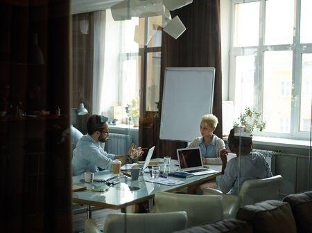 empleados trabajando: Los empleados que trabajan en equipo en la oficina