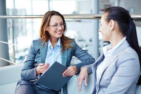 Bonne consultation femme jeune femme sur le nouvel emploi