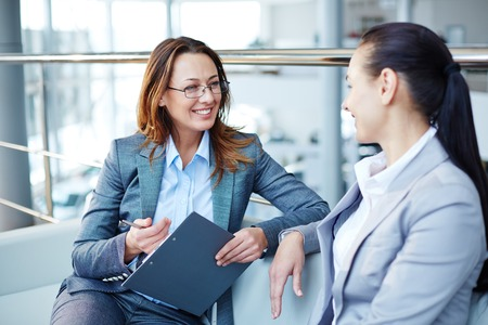Gelukkige vrouwelijke consulting jonge vrouw op het punt nieuwe baan Stockfoto