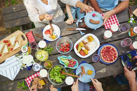 Hände des Menschen essen leckere Essen