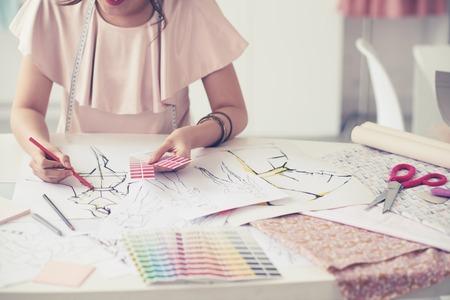 패션 디자이너 그녀의 새로운 컬렉션에 대한 색상을 선택 스톡 콘텐츠