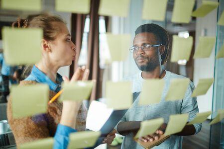 Interculturele collega's bespreken plannen en taken te doen Stockfoto