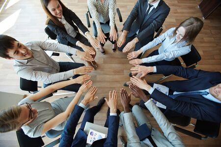 circulo de personas: Personas de los hombres de negocios que hacen círculo de palmas