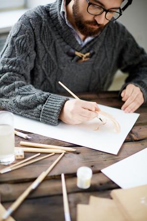 hombre pintando: Retrato moderno de la pintura del artista de una persona con la acuarela