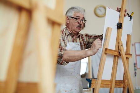soustředění: Mužský umělec maloval jeho obraz v uměleckém studiu