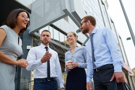 personas comunicandose: Los jóvenes empresarios que se comunican entre sí al aire libre
