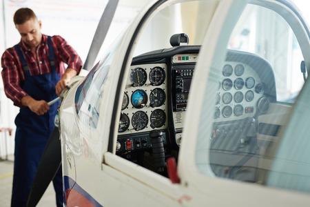 Open cabine van jet in reparatiedienst