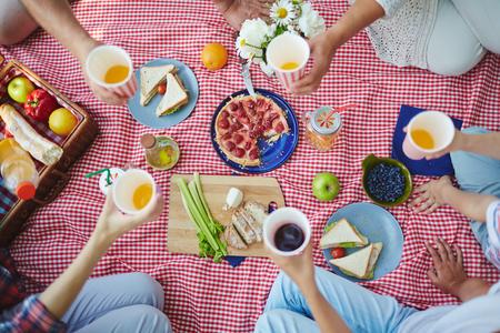 Close-up der Familie zusammen bei einem Picknick sitzen