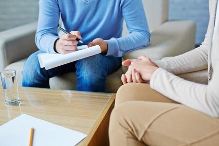 Junge Frau besucht ihren Psychologen Standard-Bild - 61017195