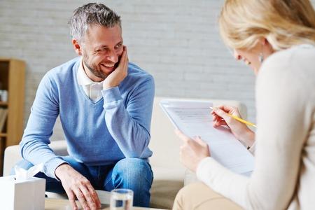 Glücklicher Mann zu seinem Psychologen sprechen Standard-Bild - 61017219