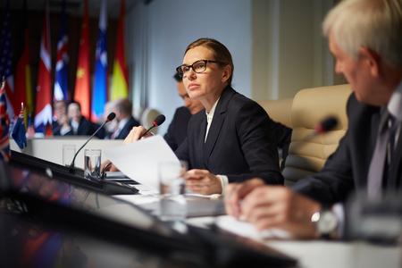 会議でスピーチを作る政治副