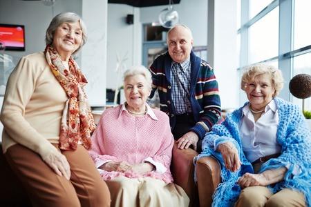 Groupe de personnes âgées heureux de détente dans le café