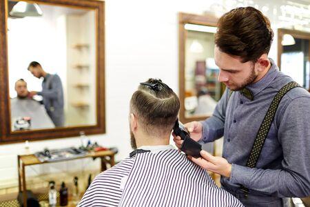 competencias laborales: Peluquería corte de pelo con maquinilla de afeitar eléctrica en una barbería