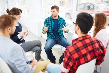 terapia grupal: Terapeuta hablar a un grupo de rehabilitación en sesión de terapia