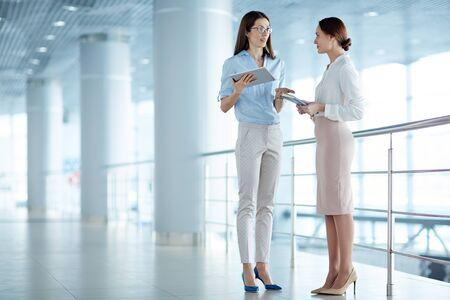 Guida femminile comunicare con la segretaria presso l'ufficio