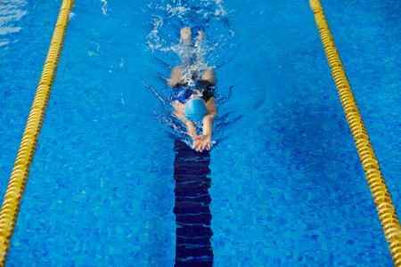 nadar: Entrenamiento de la natación de la mujer en la piscina