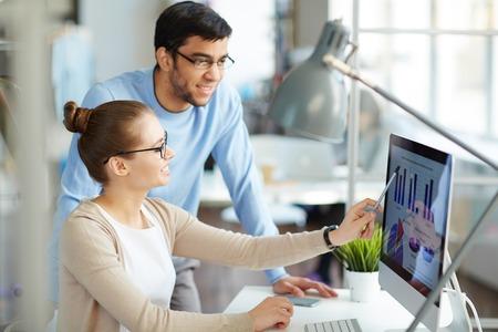 Business paar werken in team en het bespreken van afbeeldingen op de computer Stockfoto
