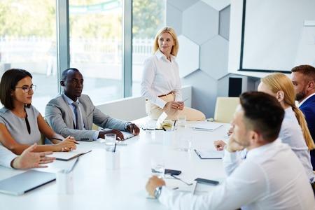 Los adultos jóvenes que interactúan en la formación empresarial