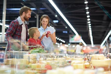 familias jovenes: familia moderna en la elección de productos de hipermercados
