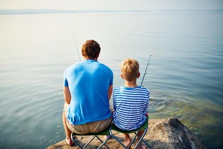 pecheur: Vue arrière de deux pêcheurs au bord du lac