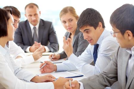 gente comunicandose: Los jóvenes empresarios que se comunican en la mesa