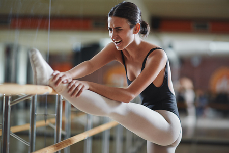 donna che balla: Ballerina facendo lo sforzo durante la ripetizione in classe