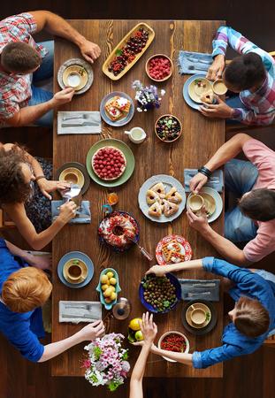 Gruppo di giovani amici che hanno la cena di festa