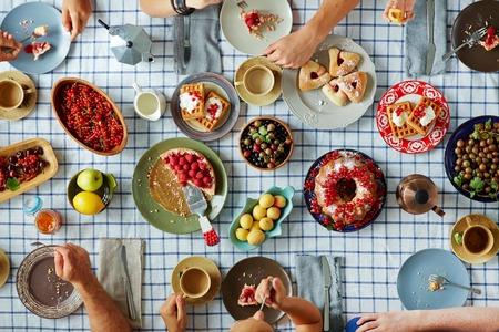 お祝いテーブルとフォークと人間の手で様々 な美味しい自家製料理