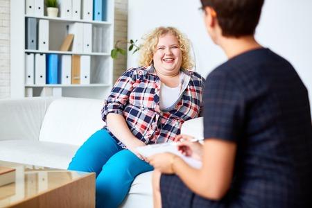 Paciente feliz con sobrepeso hablar a su psicólogo