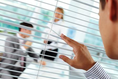 Hombre de negocios peeking para sus colegas Foto de archivo