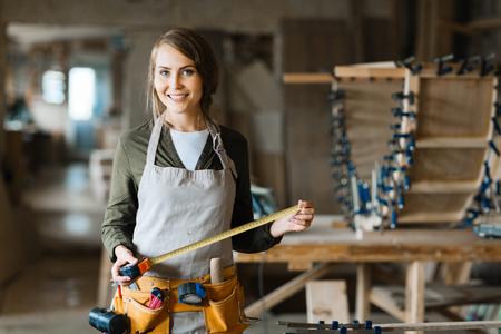 Junge Klempner mit Werkzeug-Gürtel und Maßband auf der Suche Kamera Standard-Bild - 63745705