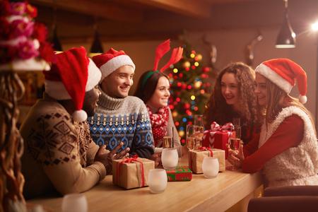 크리스마스 밤에 집에 파티를 갖는 젊은 친구 스톡 콘텐츠